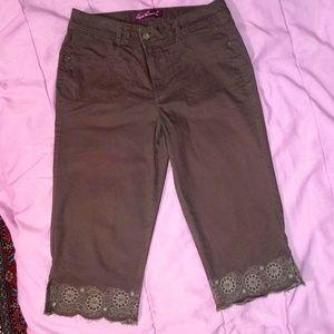 Gloria Vanderbilt size 12 embroidered Capri pants